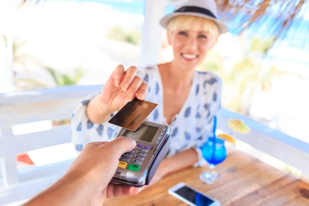joven mujer pago tarjeta dinero móvil recurso bbva