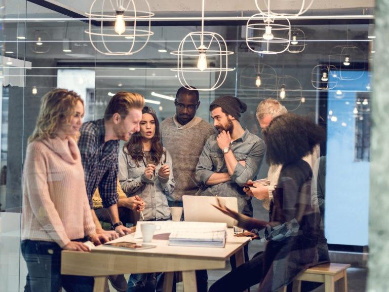 emprendedores-jovenes-mujeres-hombres-ordenadores-recurso-bbva