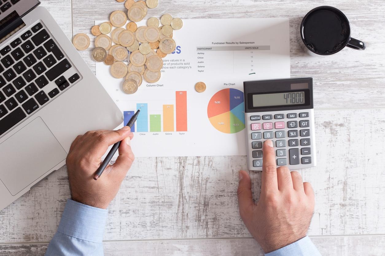 hombre calculadora ordenador dinero finanzas fintech bbva