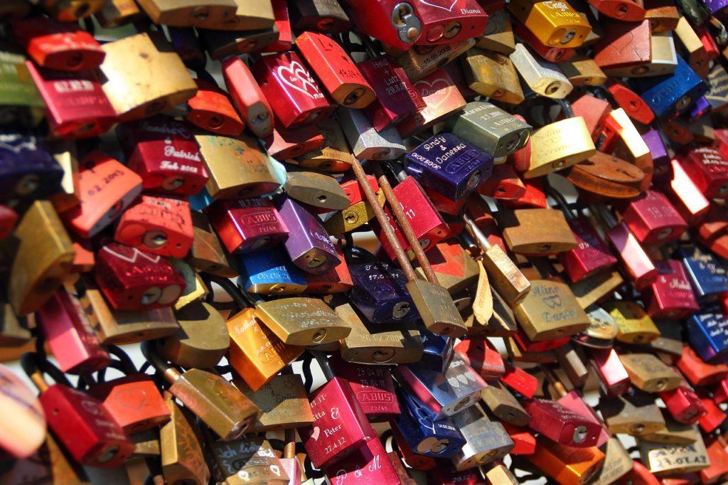 pareja amor candados llave puente recurso