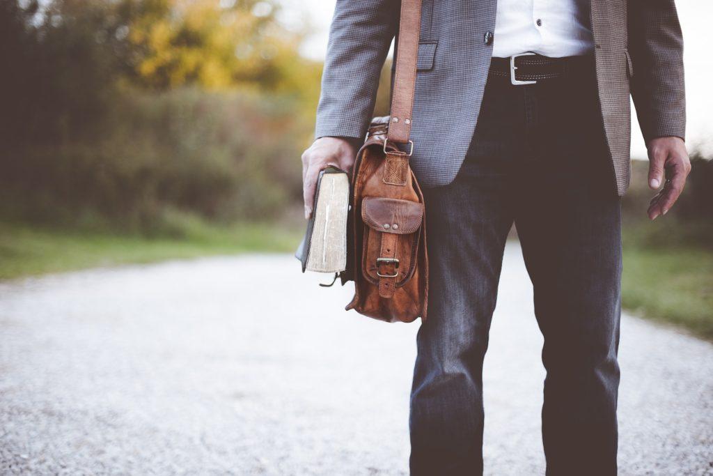 maleta maletín libro hombre recurso