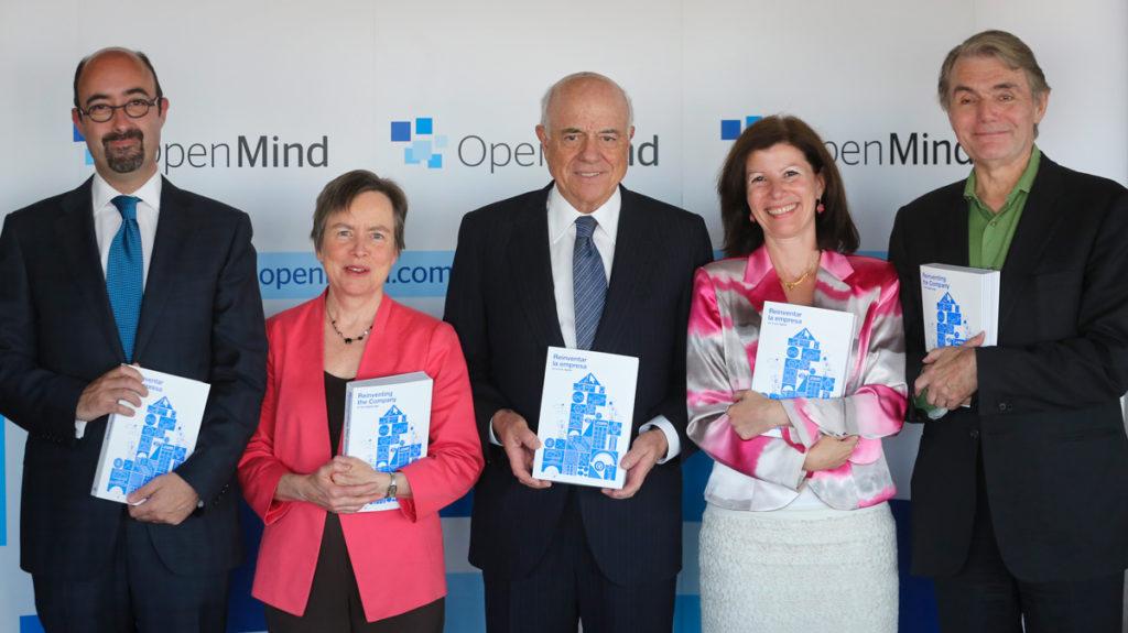 Los autores del libro de OpenMind 'Reinventar la empresa', junto a Francisco González