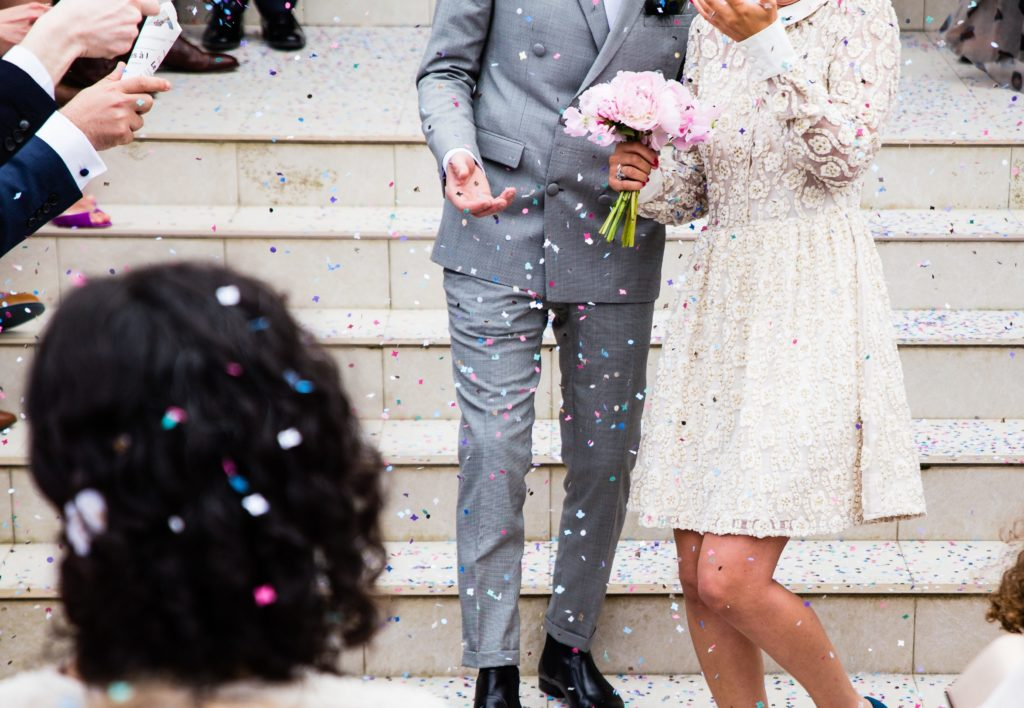 Fotografia de Boda confeti flores pareja amor matrimonio recurso BBVA