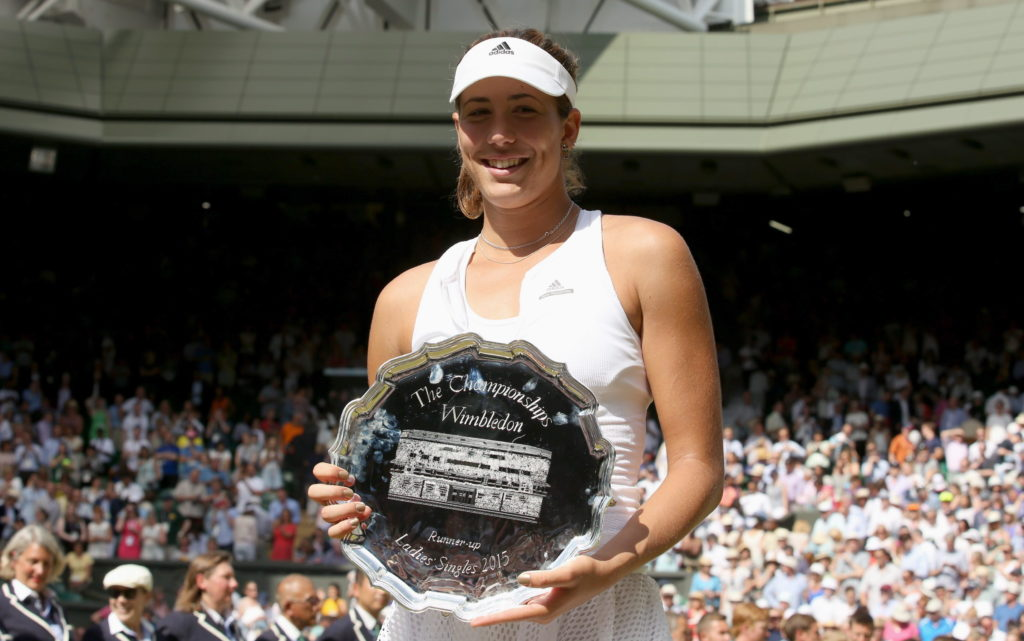Fotografía de Garbine Muguruza sujeta el trofeo después de perder la final contra Serena Williams en Wimbledon