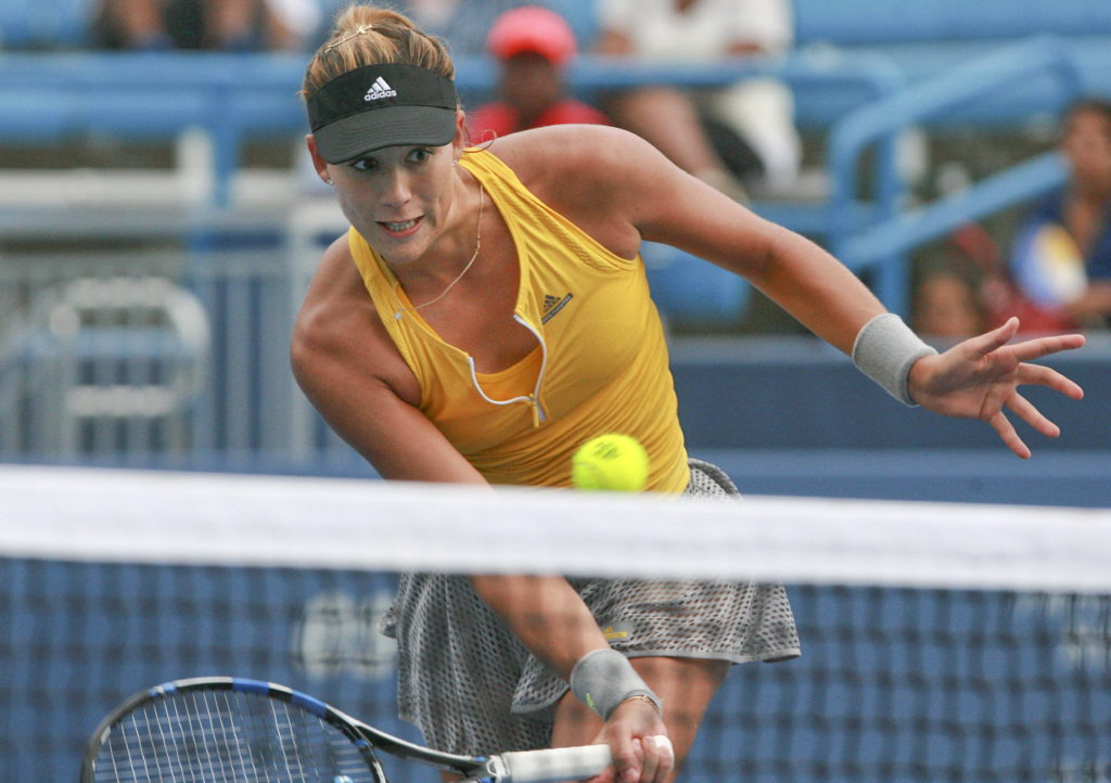La española Garbine Muguruza responde una bola a Yaroslava Shvedova de Kazajistán17 de agosto de 2015 durante la primera ronda del torneo de la WTA Tour Masters 1000 de Cincinnati en el Lindner Tennis Center de Mason