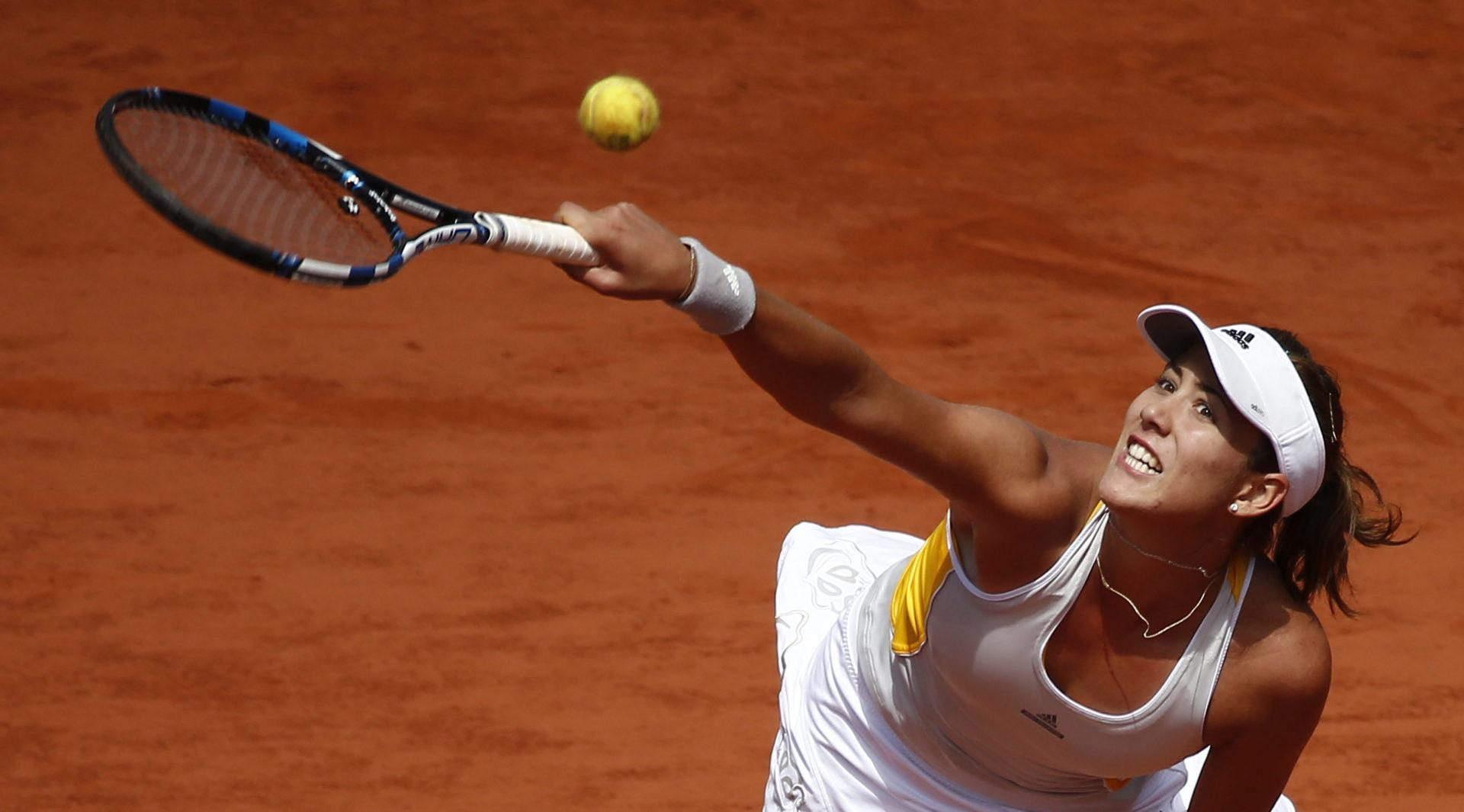 La tenista española Garbiñe Muguruza devuelve una bola a la checa Lucie Safarova durante el partido de cuartos de final de Roland Garros que ambas disputaron en París, Francia 2 de junio de 2015