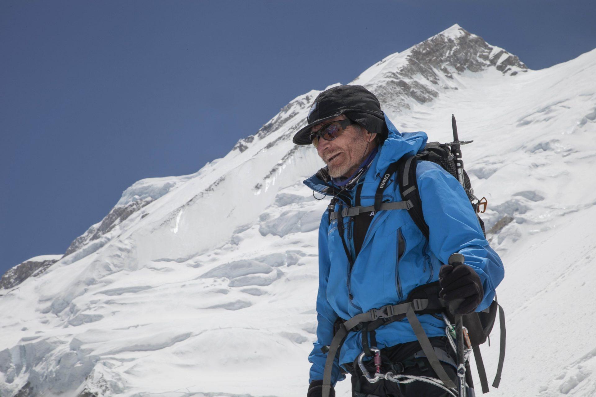 Fotografía de Carlos Soria y su bajada de cumbre BBVA