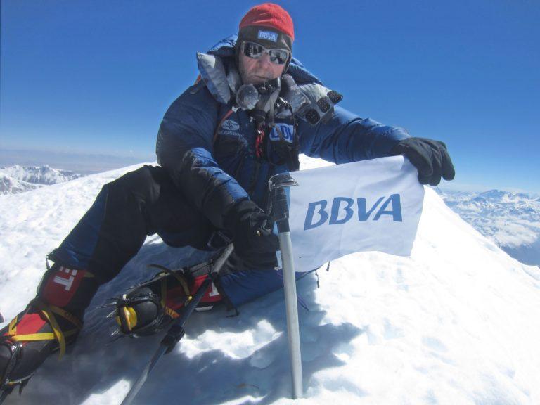 Fotografía de Carlos Soria en la cumbre del Kanchenjunga BBVA