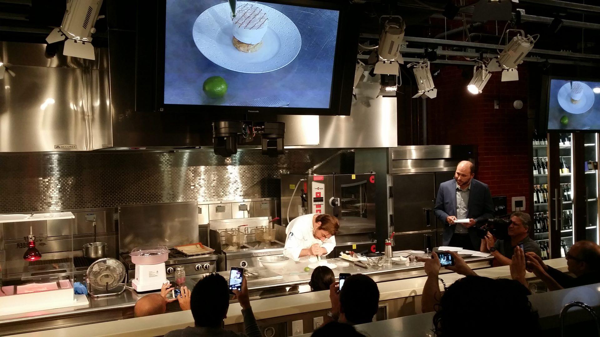 Fotografía de Jordi Roca en la que imparte una clase magistral en la escuela de gastronomía de Miami BBVA