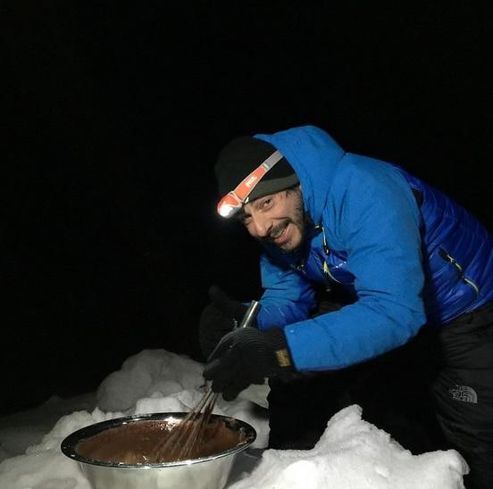 Fotografía nocturna Jordi Roca preparando los helados en expedición Carlos Soria del Annapurna 2015 BBVA