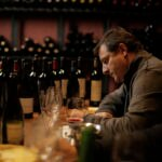 Fotografía de Josep Roca durante una cata de vinos en Mendoza, Argentina