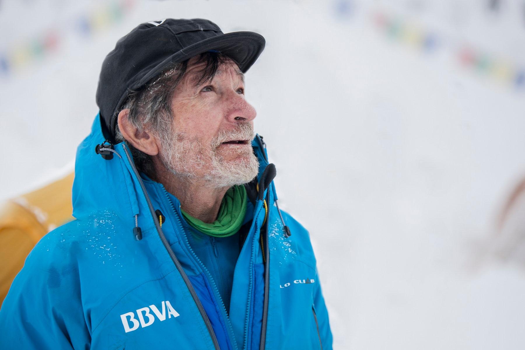 Fotografía de Carlos Soria durante su expedición al Annapurna en el 2015 mirando al infinito