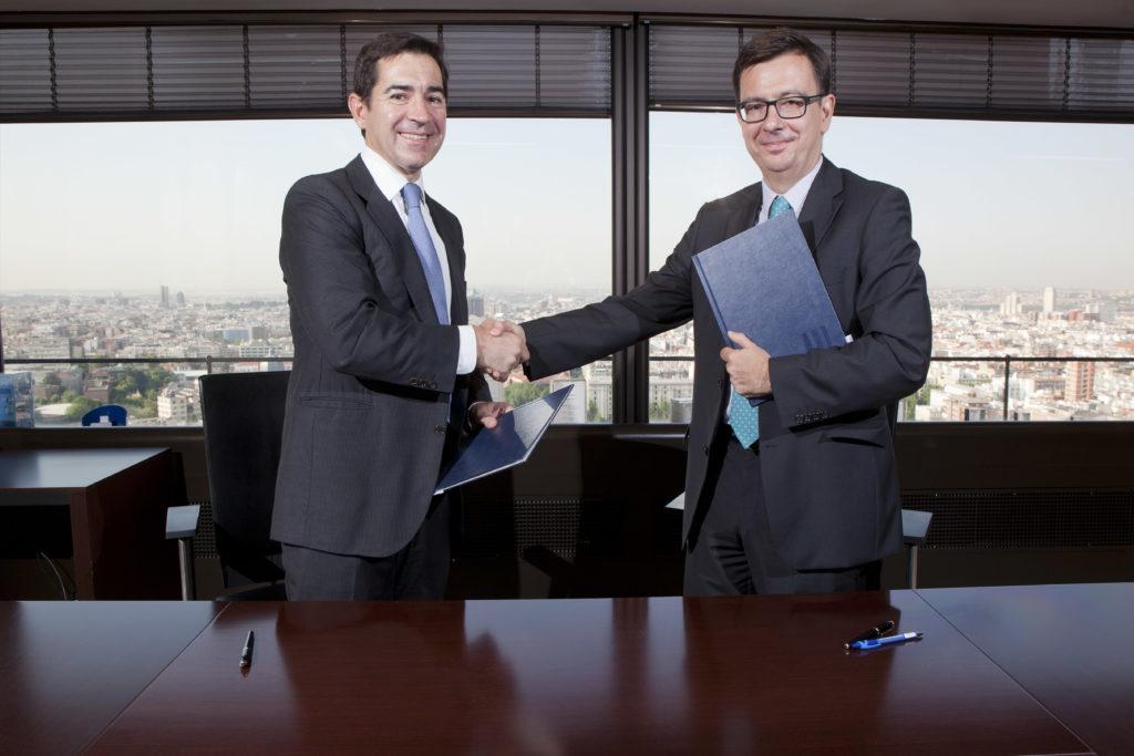 Fotografía de Carlos Torres y Román Escolano tras firmar el acuerdo