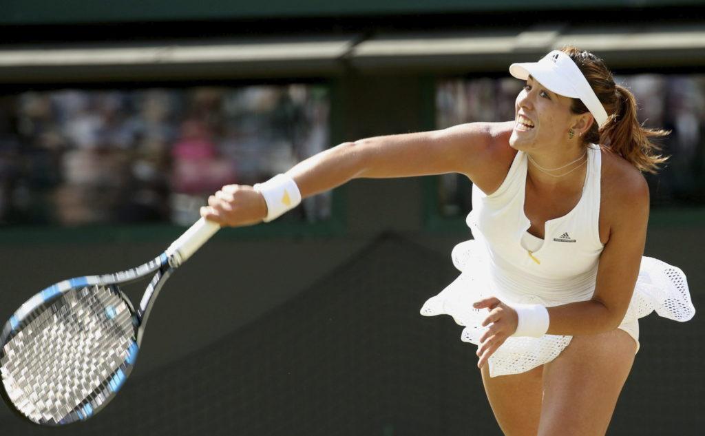 La tenista española Garbiñe Muguruza devuelve la pelota a la suiza Timea Bacsinsky durante el partido de cuartos de final del torneo de Wimbledon que ambas disputaron en el All England Lawn Tennis Club de Londrres