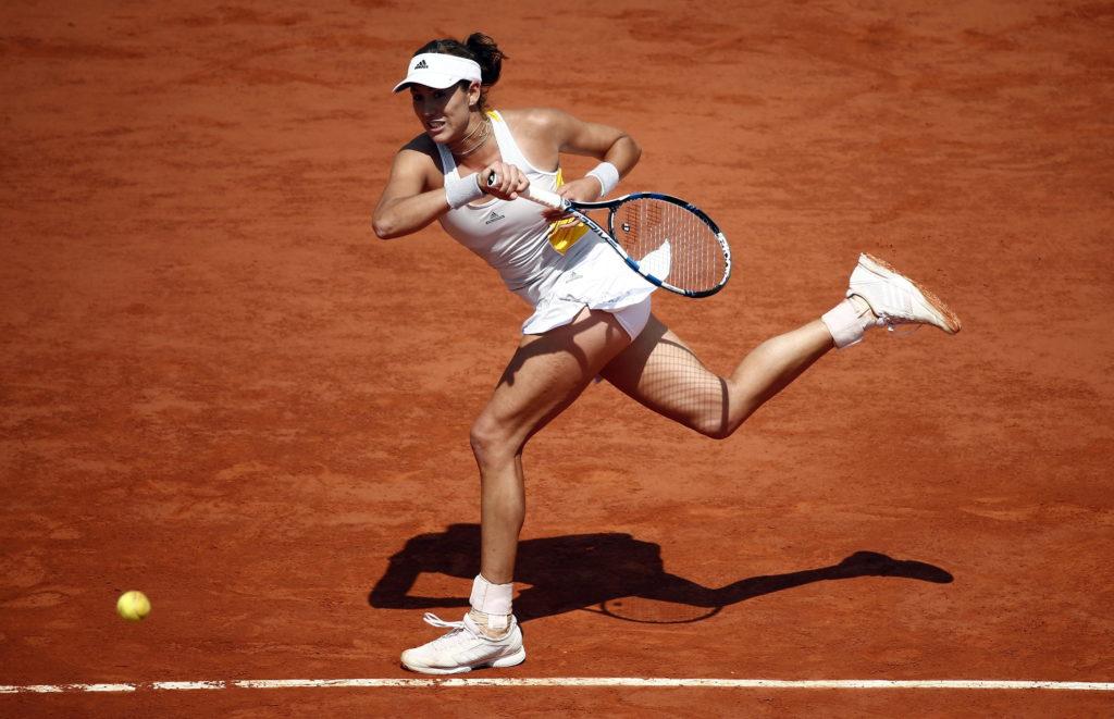 La tenista española Garbiñe Muguruza devuelve una bola a la checa Lucie Safarova durante el partido de cuartos de final de Roland Garros que ambas disputaron en París