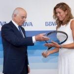 Fotografía de Garbiñe Muguruza, embajadora BBVA, entregando la raqueta a Francisco González BBVA