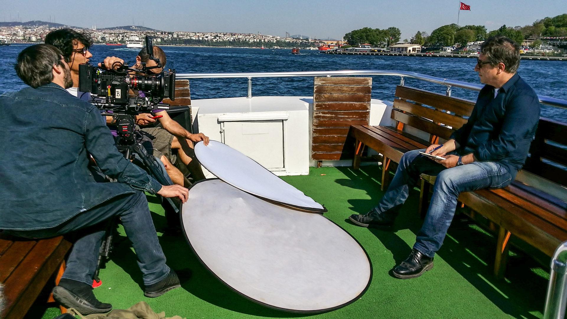 Fotografía de Joan Roca navega por el estrecho del Bósforo durante el rodaje de la película BBVA