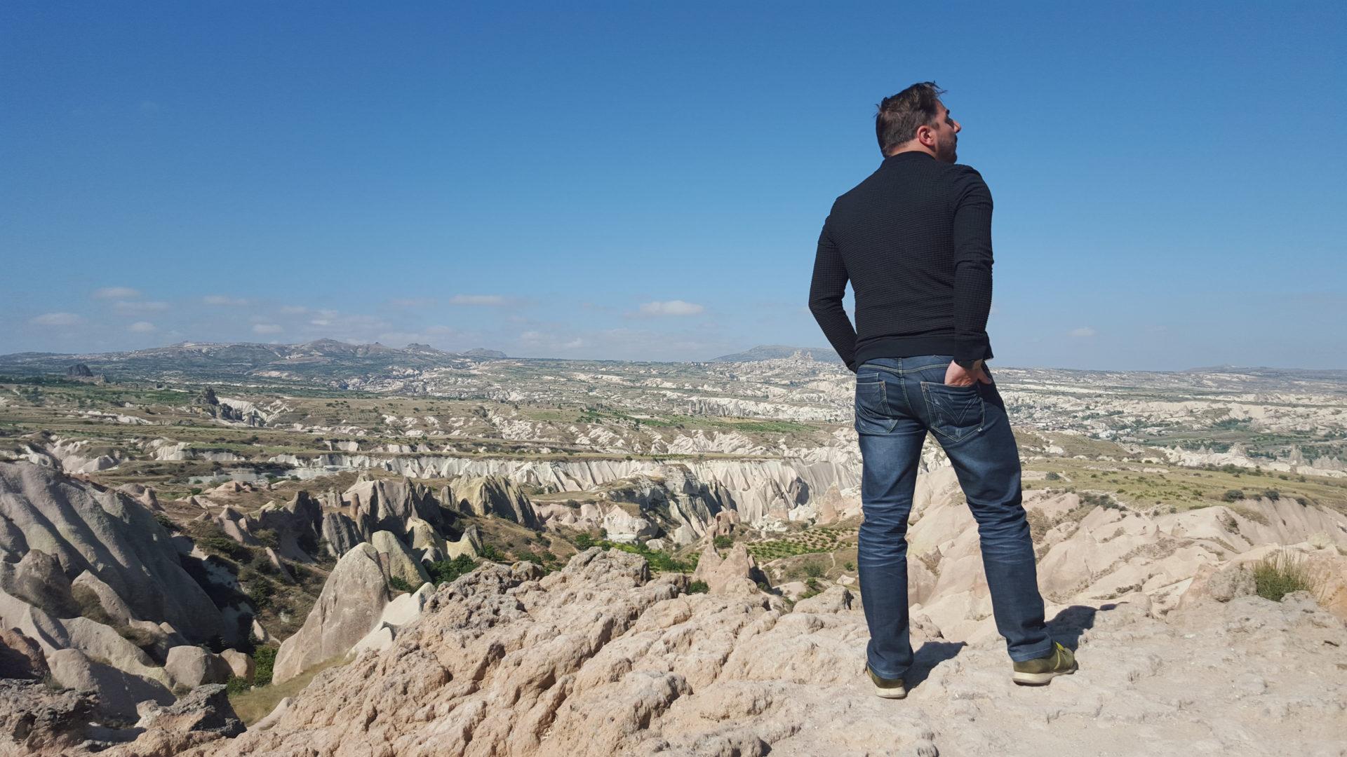Fotografía de espaldas de Jordi Roca en Turquía