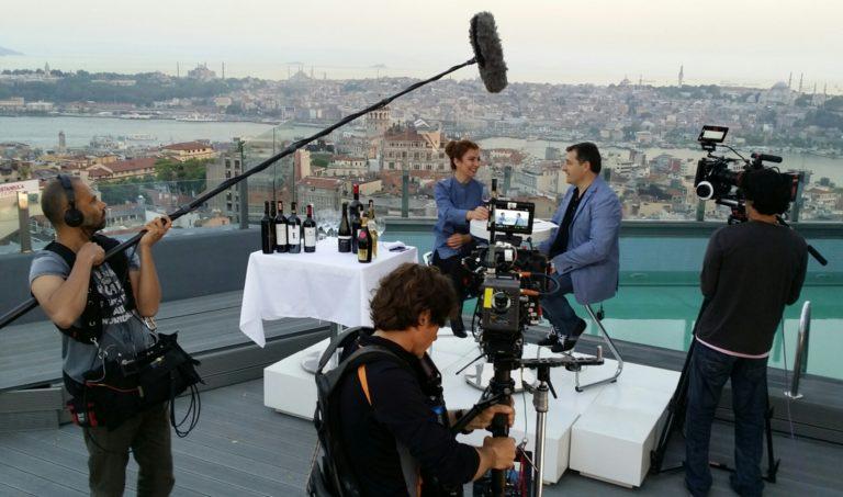 Fotografía de Josep Roca charla con la sommelier turca Sabiha Apaydin durante una cata de vinos en una azotea de Estambul durante el rodaje de la película BBVA
