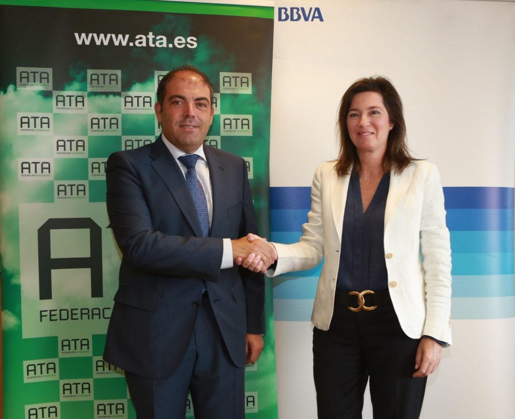 Fotografía de la directora de BBVA España, Cristina de Parias, y el presidente de ATA, Lorenzo Amor BBVA