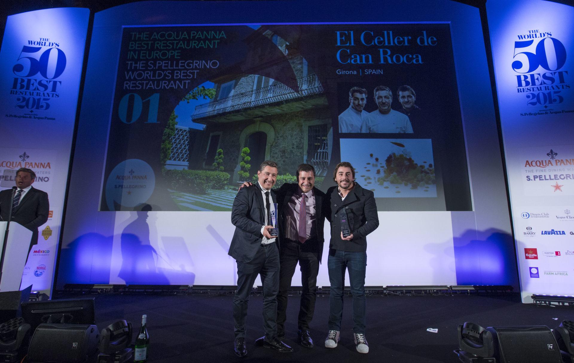 Fotografía de los hermanso roca recogiendo el premio a El Celler de Can Roca mejor restaurante del mundo 2015 BBVA
