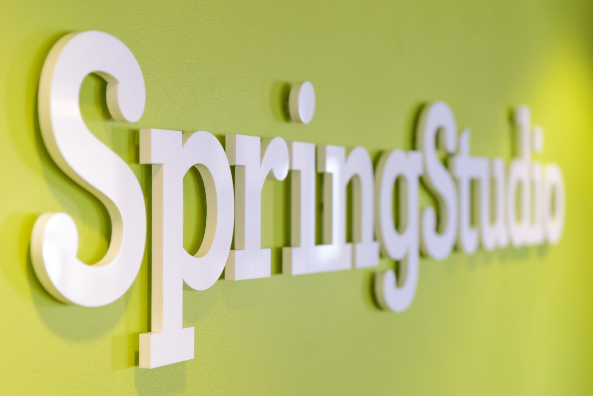 Logotipo de SpringStudio en la pared de sus oficinas