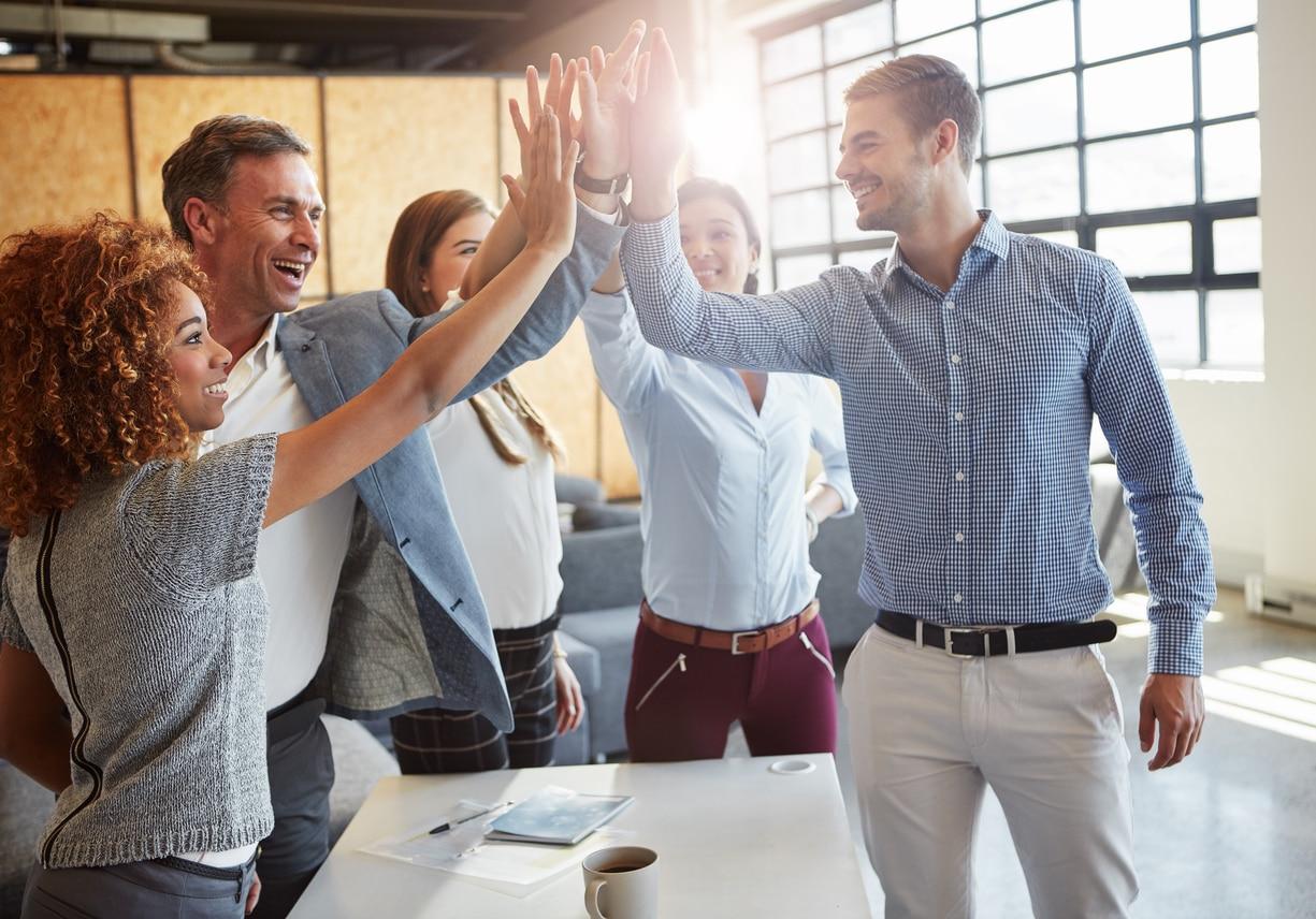 emprendedores manos chocar jovenes trabajo mesa recurso bbva