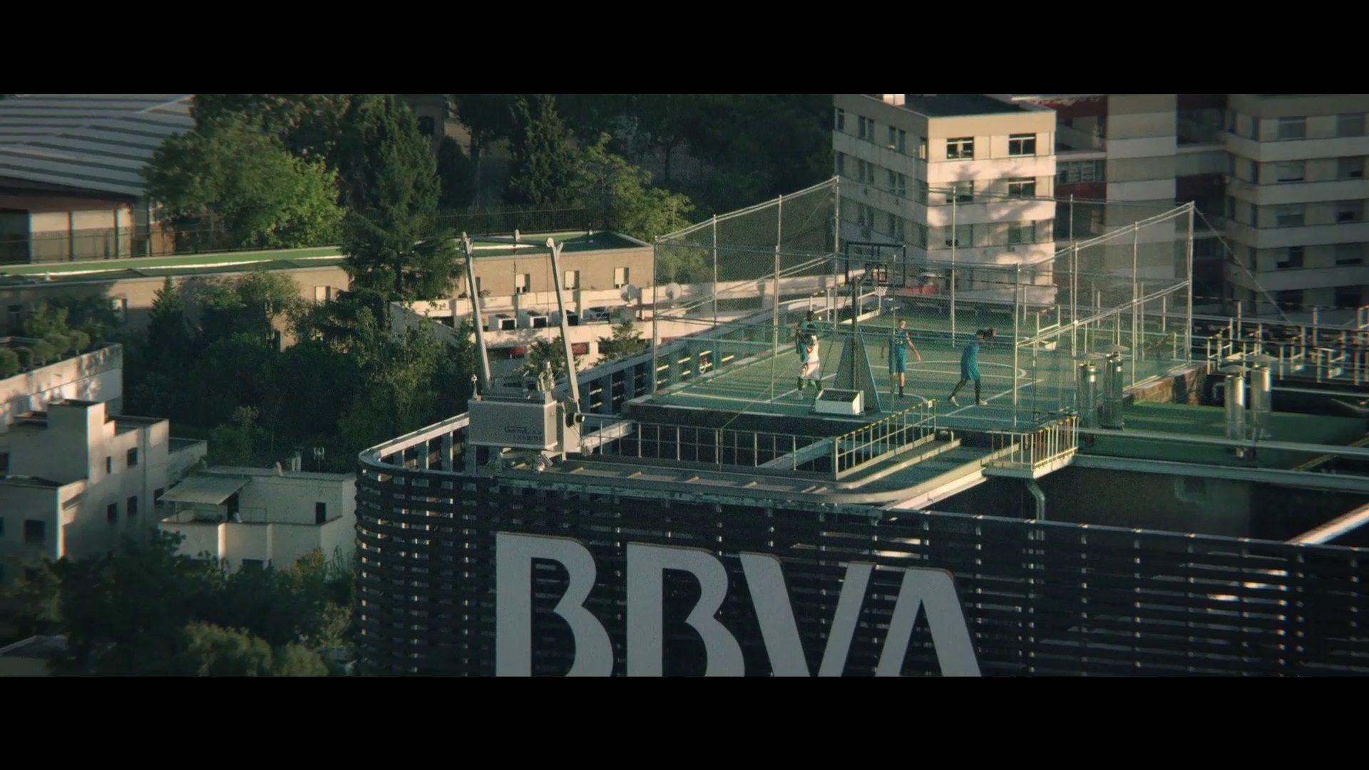 fotograma-del-video-cancha-de-baloncesto-en-la-torre-bbva-de-madrid-2
