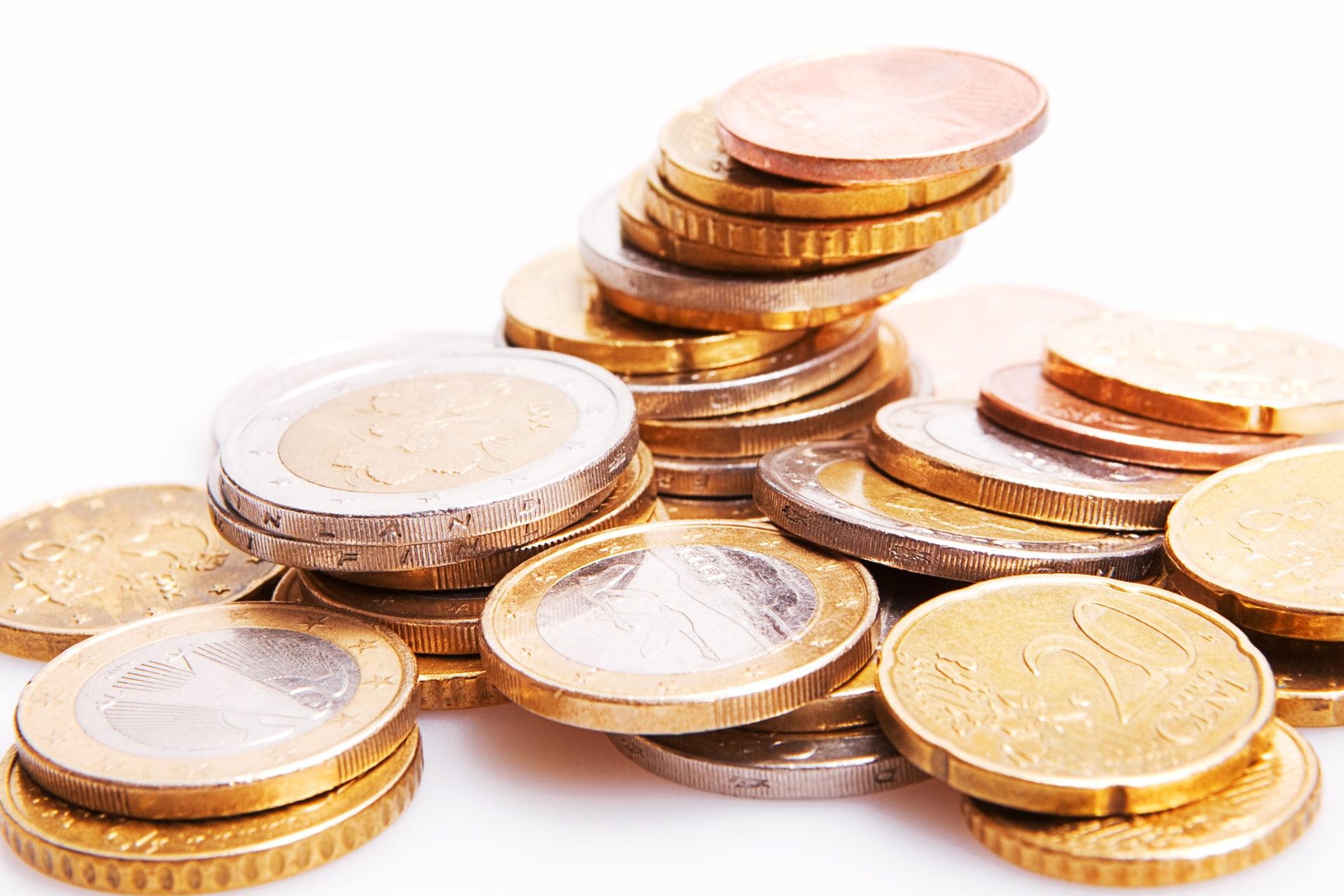 Euro coins isolated on white recurso monedas euros banca ahorro