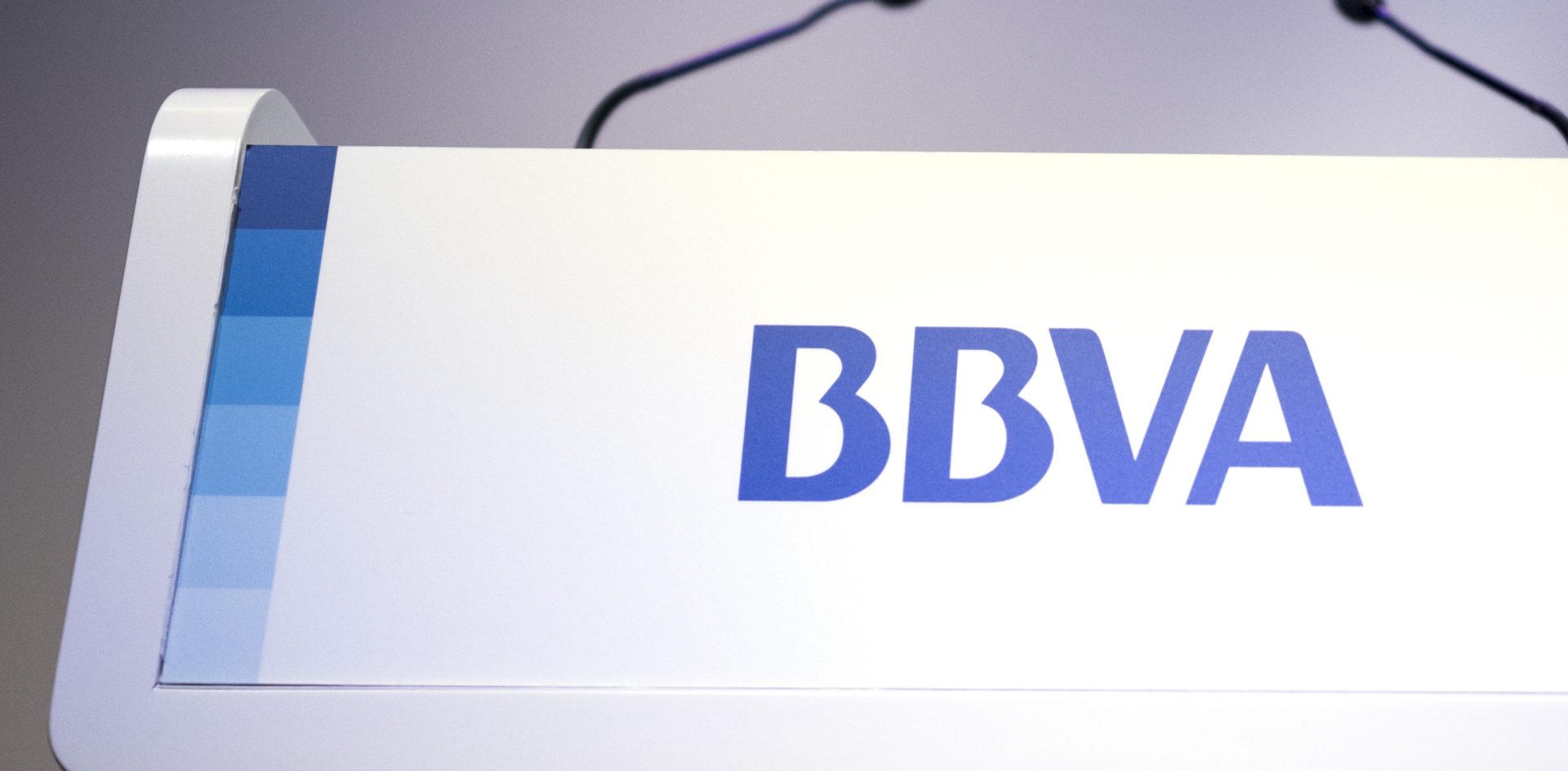 Fotografía BBVA logotipo corporativo micrófonos atril discurso presentación información