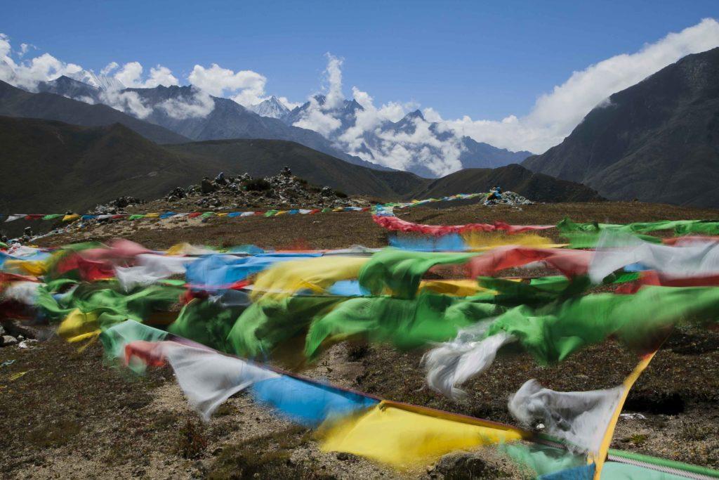 El campo base del Himalaya es un reguero de banderas