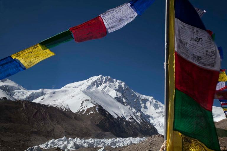 Las banderas del campo base del Himalaya