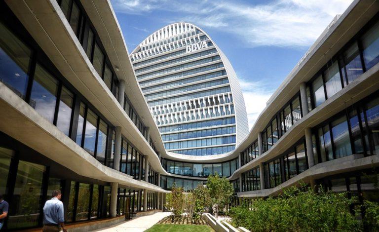 Fotografía de La Vela, una torre circular de 19 plantas, rodeada de edificios bajos