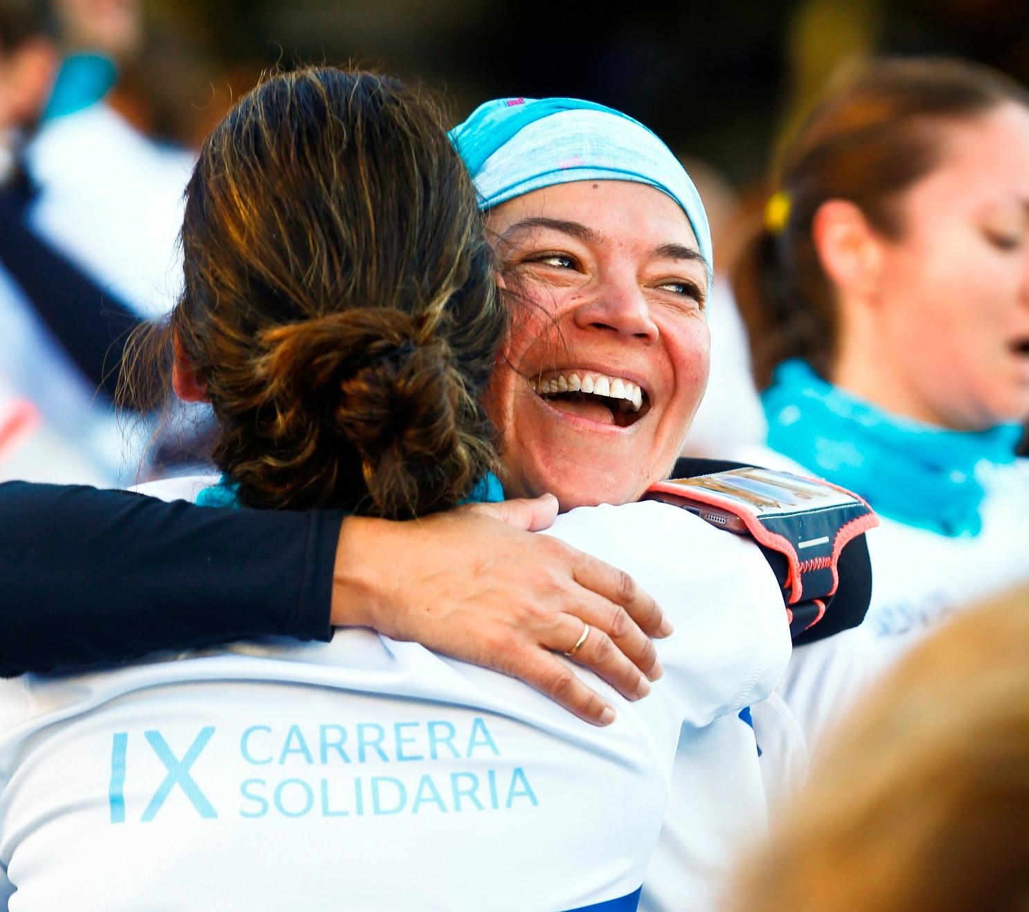 Fotografía de dos mujeres en la meta de la Carrera Solidaria BBVA