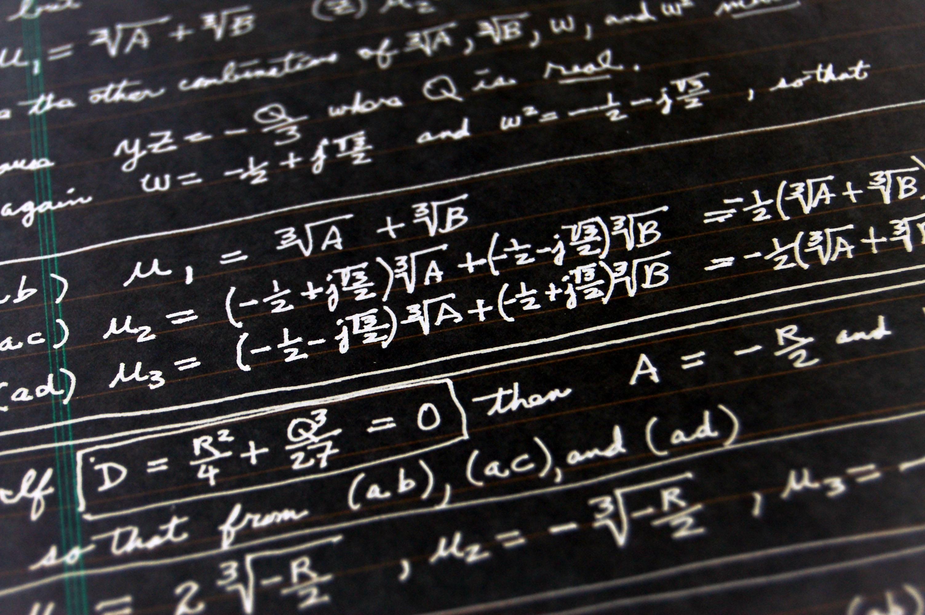Fotografía de una pizarra con fórmulas matemáticas- BBVA