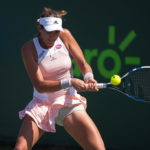 Fotografía Garbiñe Muguruza golpea la pelota en un partido del Masters 1000 de Miami en 2015, con el logotipo de BBVA en la camiseta