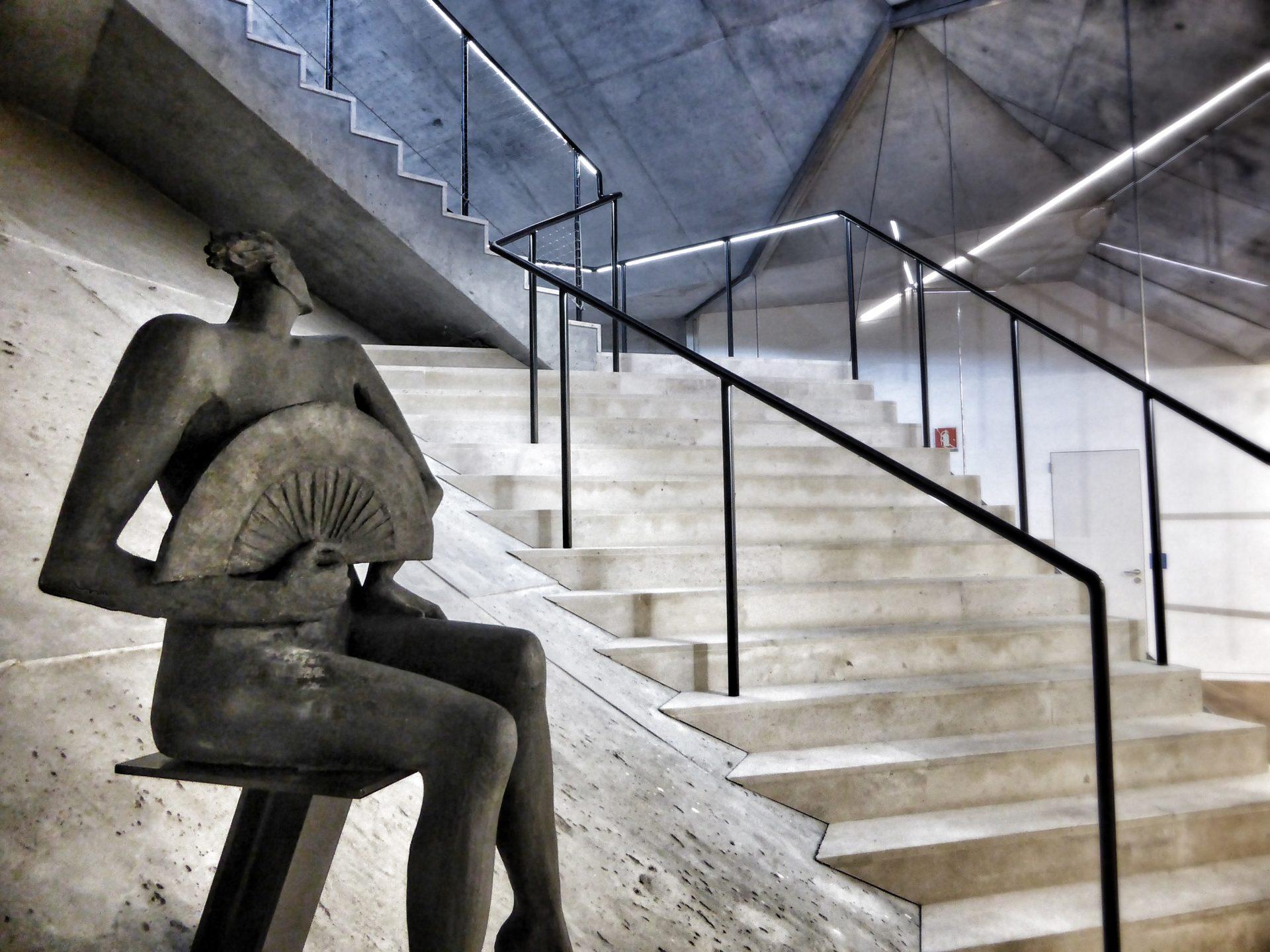 Fotografía de la escultura Desnudo con abanico de Esperanza D'Ors en la Ciudad BBVA. ©Carlos Benítez-Donoso