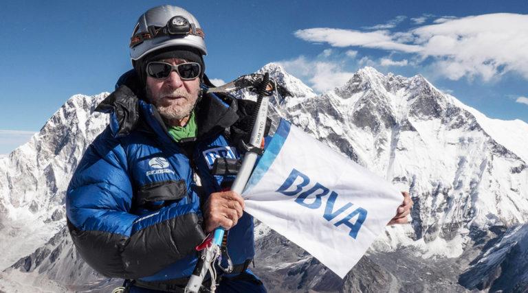 Fotografía Carlos Soria en la cumbre del Ama Dablam con la bandera de BBVA