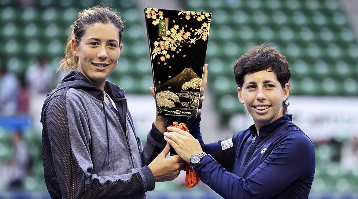 Fotografía Garbiñe Muguruza con su compañera de dobles, Carla Suárez, campeona del torneo de Tokio (Japón)
