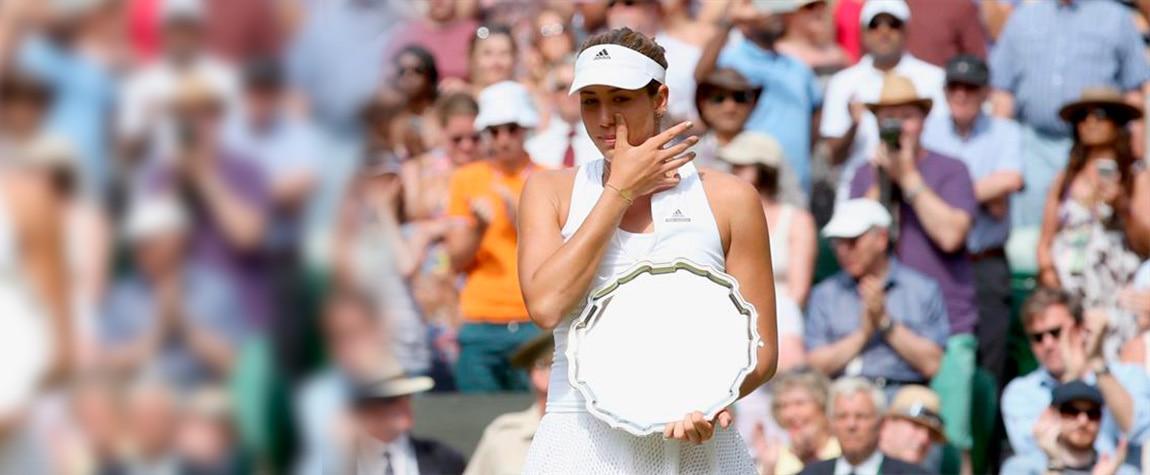 Fotografía Garbiñe Muguruza, emocionada al recibir el trofeo de subcampeona de Wimbledon 2015