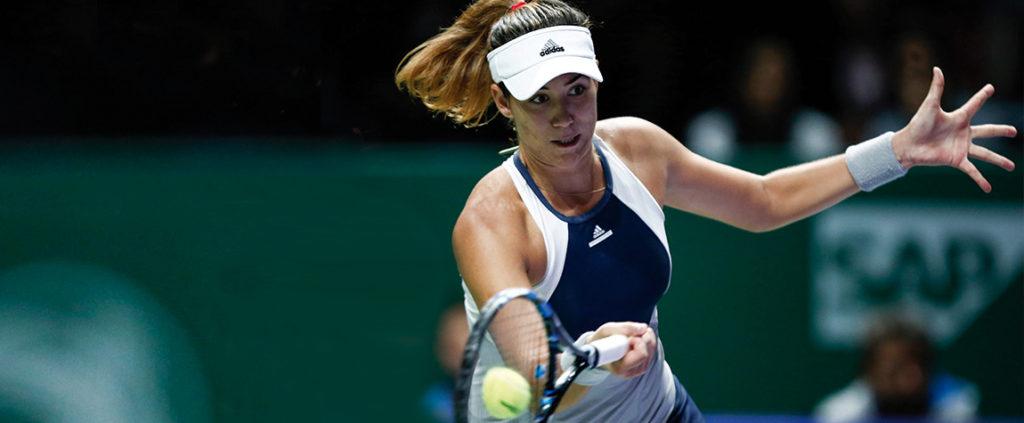 Fotografía Garbiñe Muguruza golpeando la pelota durante un partido de las WTA Finals