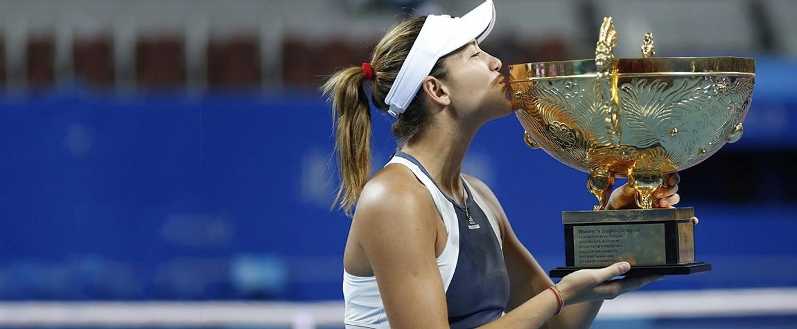 Fotografía Garbiñe Muguruza besa el trofeo de campeona del Premier Mandatory de Pekín (Abierto de China)