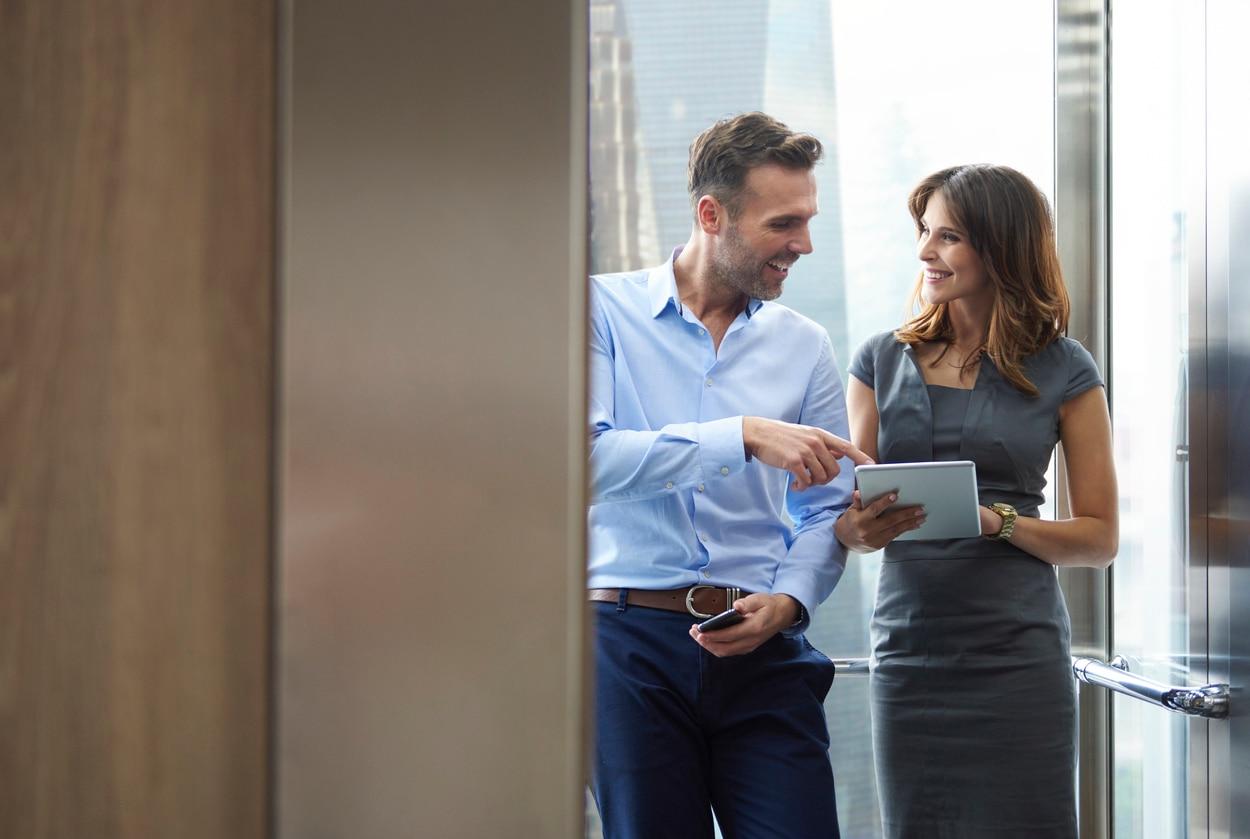 business mujer hombre ascensor oficina trabajo recurso bbva