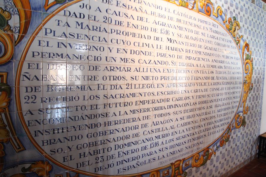 Fotografía de la placa conmemorativa Casa de Sanata María en Madrigalejo- Ruta BBVA