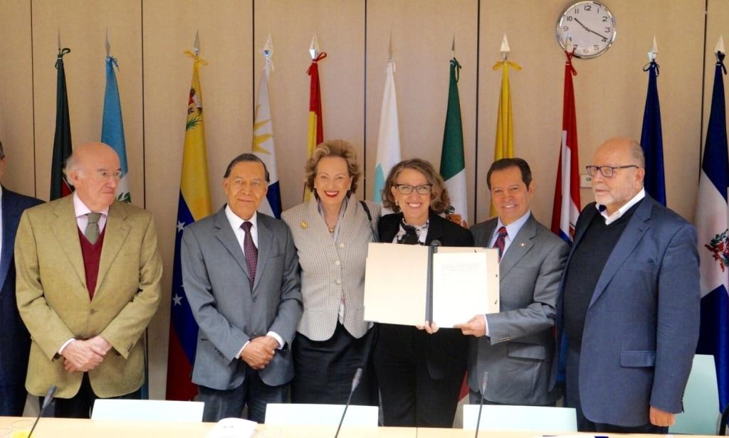 Fotografía del acuerdo entre países para lanzar Canal Iberoamericano BBVA