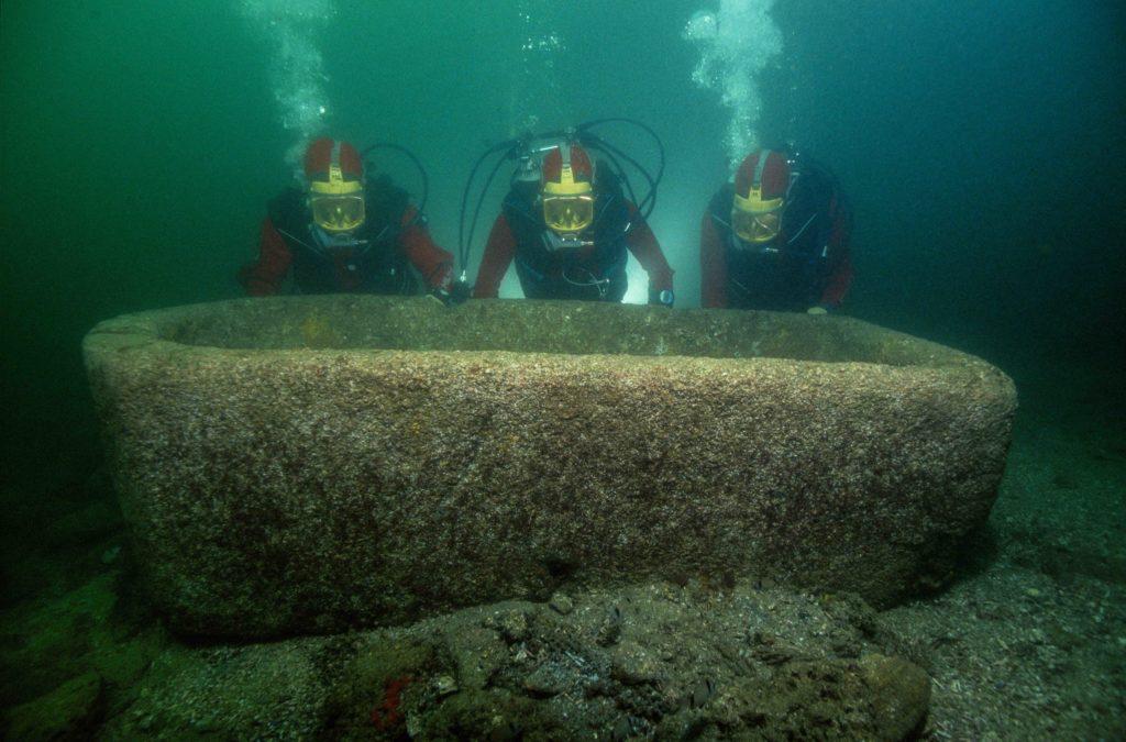 Buceadores rescatando uno de los restos arqueológicos de la exposición