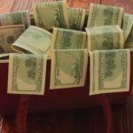 Fotografía de una cartera con dinero BBVA