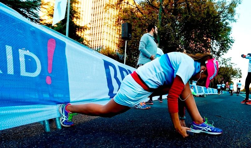 Fotografía recurso de una chica entrenando antes de la Carrera Solidaria BBVA