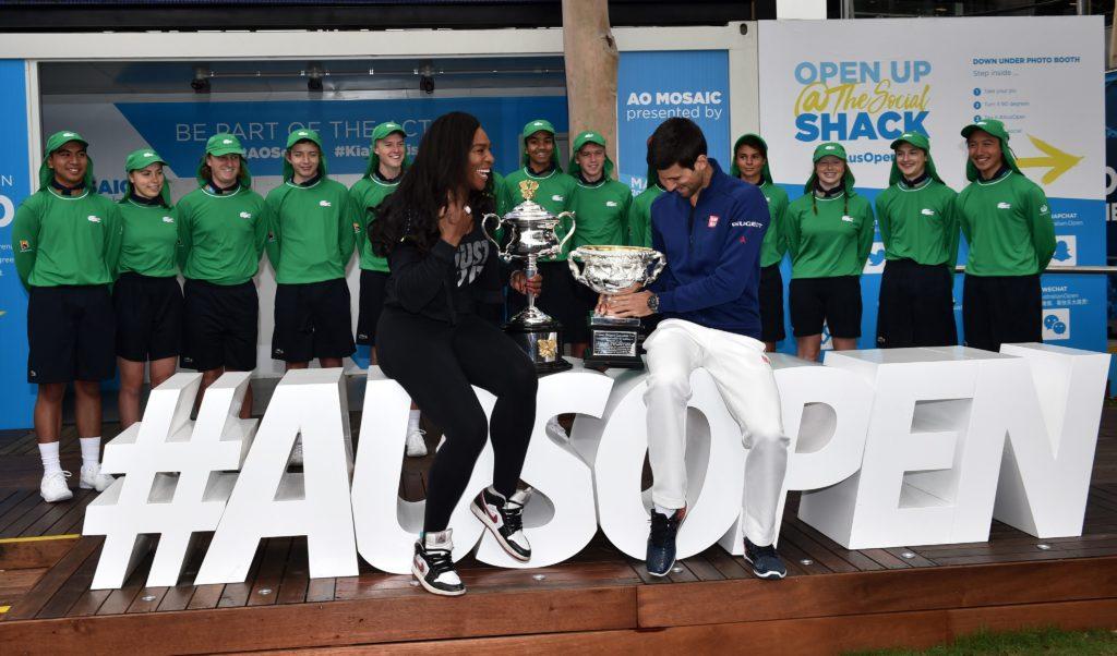 Fotografía Serena Williams y Novak Djokovic, campeones del Open de Australia 2015, en la presentación de la edición de 2016