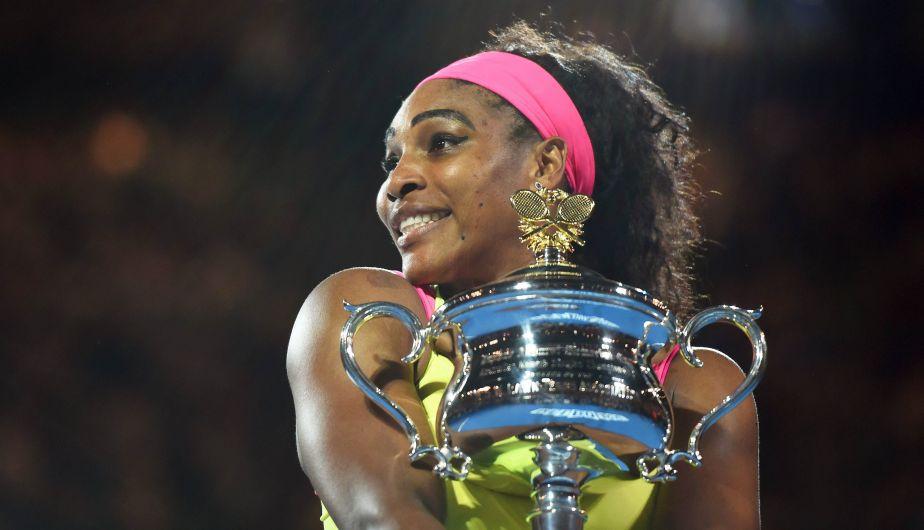 Fotografía Serena Williams con el trofeo Daphne Akhurst Memorial Cup de campeona del Open de Australia 2015